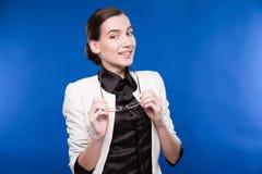 Primer de una morenita joven en una chaqueta y una blusa Foto de archivo