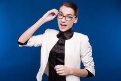Primer de una morenita joven en una chaqueta y una blusa Imágenes de archivo libres de regalías