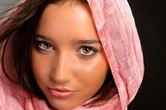 Primer de una muchacha bonita con la bufanda fotografía de archivo libre de regalías