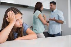 Primer de una muchacha triste mientras que padres que pelean Fotos de archivo