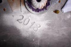 Primer de una muestra de 2018 años en un fondo de la tabla Vista superior de una torta de la cena de la Navidad Concepto del Año  Fotos de archivo libres de regalías