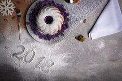 Primer de una muestra de 2018 años en un fondo de la tabla Vista superior de una torta de la cena de la Navidad Concepto del Año  Foto de archivo libre de regalías