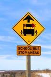 Primer de una muestra de la parada de autobús escolar a continuación contra un cielo azul Fotos de archivo