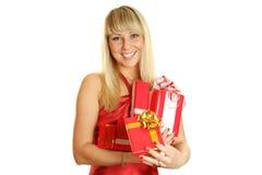 Primer de una mujer atractiva con un regalo Imágenes de archivo libres de regalías