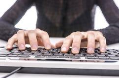 Primer de una mujer de negocios que pulsa en el teclado Imagenes de archivo