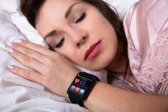Primer de una mujer hermosa que duerme en cama foto de archivo