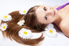 Primer de una mujer joven con las flores blancas Imagenes de archivo