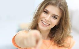 Primer de una mujer joven confiada que muestra la mano adelante Fotografía de archivo libre de regalías