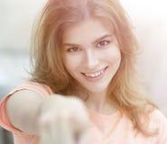 Primer de una mujer joven confiada que muestra la mano adelante Foto de archivo