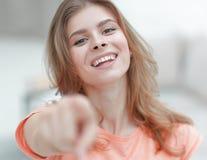 Primer de una mujer joven confiada que muestra la mano adelante Imagenes de archivo