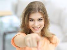 Primer de una mujer joven confiada que muestra la mano adelante Fotos de archivo