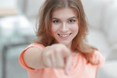 Primer de una mujer joven confiada que muestra la mano adelante Foto de archivo libre de regalías