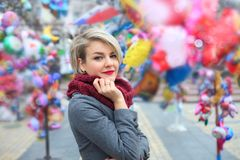 Primer de una mujer joven de moda hermosa Un paseo en la ciudad del otoño imagen de archivo libre de regalías