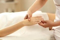 Primer de una mujer que recibe un masaje de la mano en un balneario Fotos de archivo libres de regalías