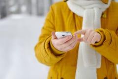 Primer de una mujer que usa smartphone móvil Imagen de archivo