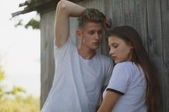 Primer de una novia tímida y de un novio atractivo en un fondo borroso Adolescentes amorosos Concepto adolescente de la relación Imagen de archivo