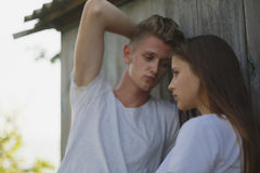 Primer de una novia tímida y de un novio atractivo en un fondo borroso Adolescentes amorosos Concepto adolescente de la relación Fotos de archivo