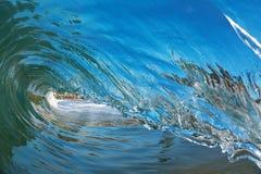 Primer de una ola oceánica de fractura en la playa fotos de archivo