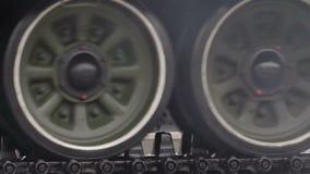 Primer de una oruga de un tanque moderno, viajando alrededor de la ciudad durante un desfile militar almacen de video
