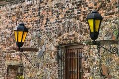 Primer de una pared de piedra con las lámparas de calle en el cuarto histórico o Fotos de archivo libres de regalías