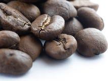 Primer de una pila de granos de café foto de archivo