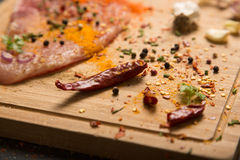 Primer de una pimienta de chiles con las especias Foto de archivo libre de regalías