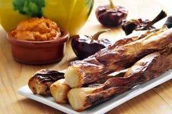 Calcots asados a la parilla, cebollas dulces catalan, y salsa del romesco imagen de archivo