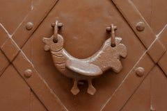 Primer de una puerta del metal con la manija fotos de archivo