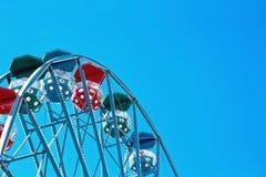 Primer de una rueda de ferris con el cielo azul Imagen de archivo