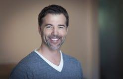 Primer de una sonrisa madura del hombre Imagen de archivo libre de regalías