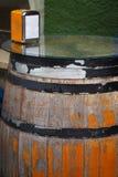 Primer de una tabla de madera marrón vieja del barril en una barra o un pub imagen de archivo libre de regalías
