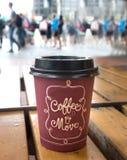 Primer de una taza de café plástica de papel Imagen de archivo libre de regalías
