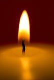 Primer de una vela ardiente en un fondo oscuro Imagen de archivo libre de regalías