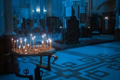 Primer de velas en la catedral principal del Orthod georgiano Imagen de archivo libre de regalías