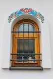 Primer de ventanas coloridas viejas con los ornamentos Imagen de archivo libre de regalías