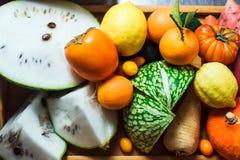 Primer de verduras y de frutas en una tabla fotografía de archivo
