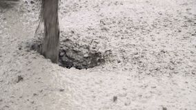 Primer de verter encofrado concreto Las partículas del hormigón en la cámara lenta vierten encofrado almacen de video
