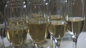 Primer de vidrios de vino espumoso en la tabla metrajes