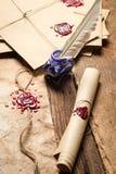 Primer de viejos rollos del papel, de vidrios y de la tinta azul en el inkwe Foto de archivo libre de regalías