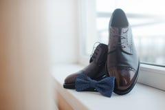 Primer de zapatos para hombre y de una corbata de lazo Imagen de archivo