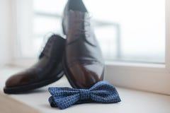 Primer de zapatos para hombre y de una corbata de lazo Fotos de archivo libres de regalías