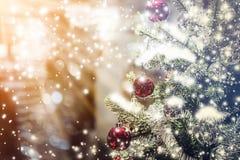 Primer del árbol de navidad con los artículos de las decoraciones Imagenes de archivo