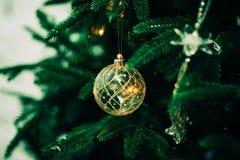 Primer del árbol de navidad verde y de las decoraciones rosadas de la bola Foto de archivo libre de regalías