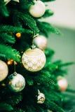 Primer del árbol de navidad verde y de las decoraciones rosadas de la bola Fotos de archivo libres de regalías