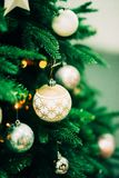 Primer del árbol de navidad verde y de las decoraciones rosadas de la bola Imagen de archivo libre de regalías