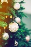 Primer del árbol de navidad verde y de las decoraciones rosadas de la bola Imagenes de archivo
