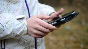 Primer del adolescente caucásico que usa la tableta almacen de video