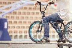 Primer del adolescente en una bici de moda en al aire libre Imagen de archivo libre de regalías