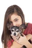 Primer del adolescente que sostiene un perro lindo de la chihuahua Fotografía de archivo