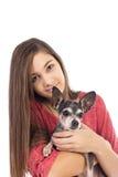 Primer del adolescente que sostiene un perro lindo de la chihuahua Foto de archivo